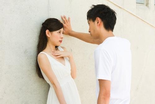 壁ドンする男性と受ける女性